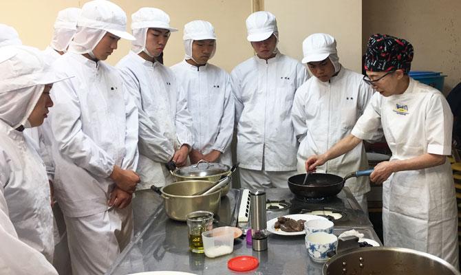 「トラットリア クレド」のシカ肉料理を佐々木シェフの指導の元作りました。