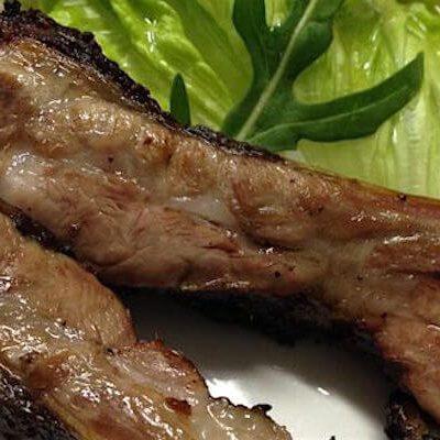 レストランの樽前湧水豚のスペアリブ サルミストラート2本